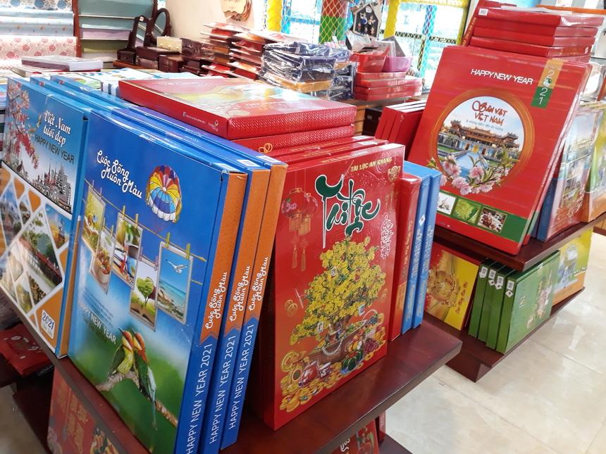 Thị trường lịch Tết Tân Sửu 'đỏ mắt' tìm khách - Ảnh 1.
