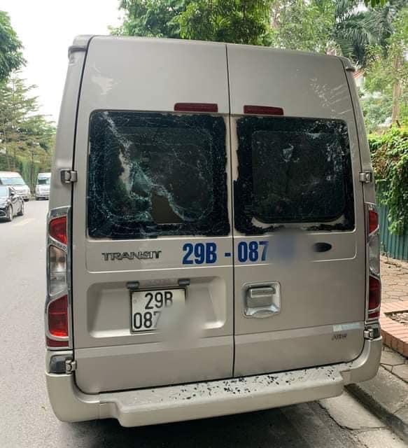 Nhiều ô tô đưa đón học sinh bị người lạ đập vỡ kính, đèn chiếu hậu khi dừng đỗ trong Khu đô thị Trung Văn - Ảnh 1.