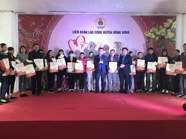 LĐLĐ huyện Đông Hưng (Thái Bình) trao hơn 300 suất quà cho công nhân - Ảnh 1.