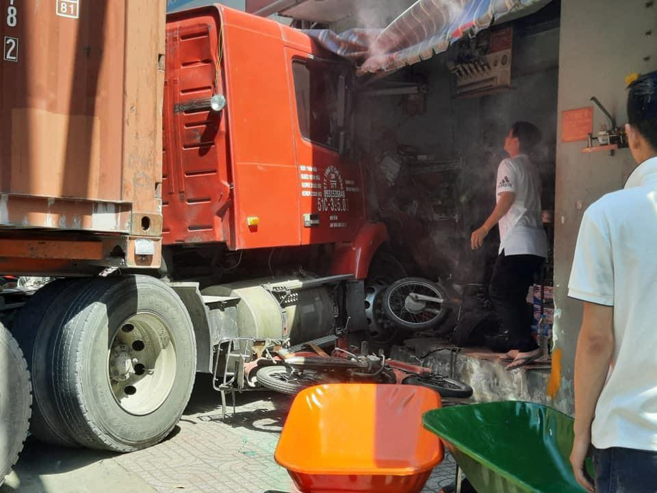 TP.HCM: Xe container đâm vào nhà dân, một người tử vong tại chỗ - Ảnh 1.