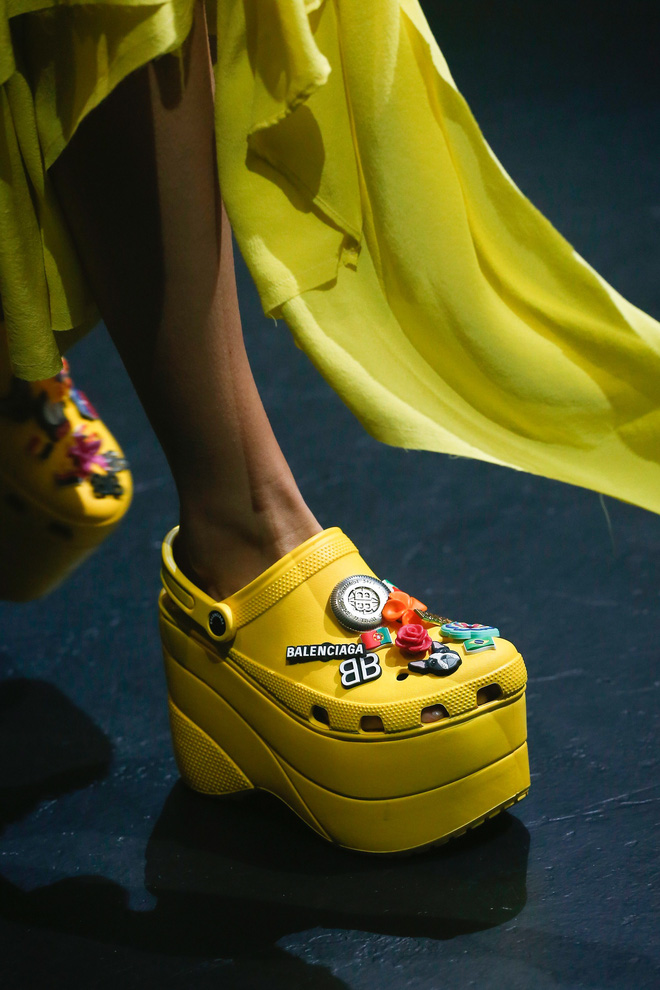 Thương hiệu xa xỉ Balenciaga ra mắt mẫu giày crocs cao gót mới, nhiều người chê thật kỳ dị và thảm họa - Ảnh 1.