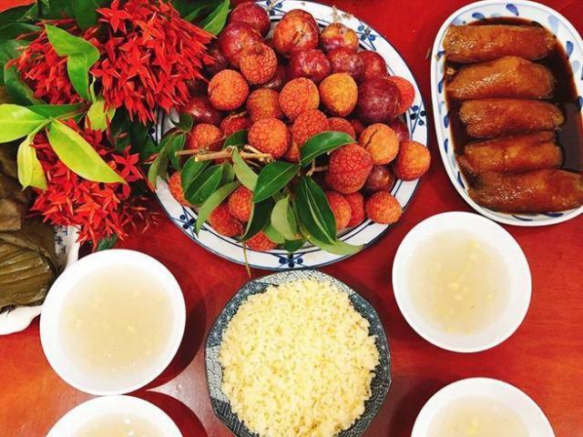 Mâm lễ hoa quả, rượu nếp sốt xình xịnh ngày Tết Đoan Ngọ, người bán chốt đơn không xuể - Ảnh 1.