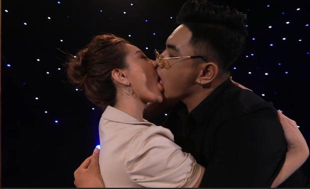 2 năm trước, nụ hôn ngấu nghiến của hot girl ngực khủng Mon 2K gây bùng nổ show hẹn hò! - Ảnh 1.
