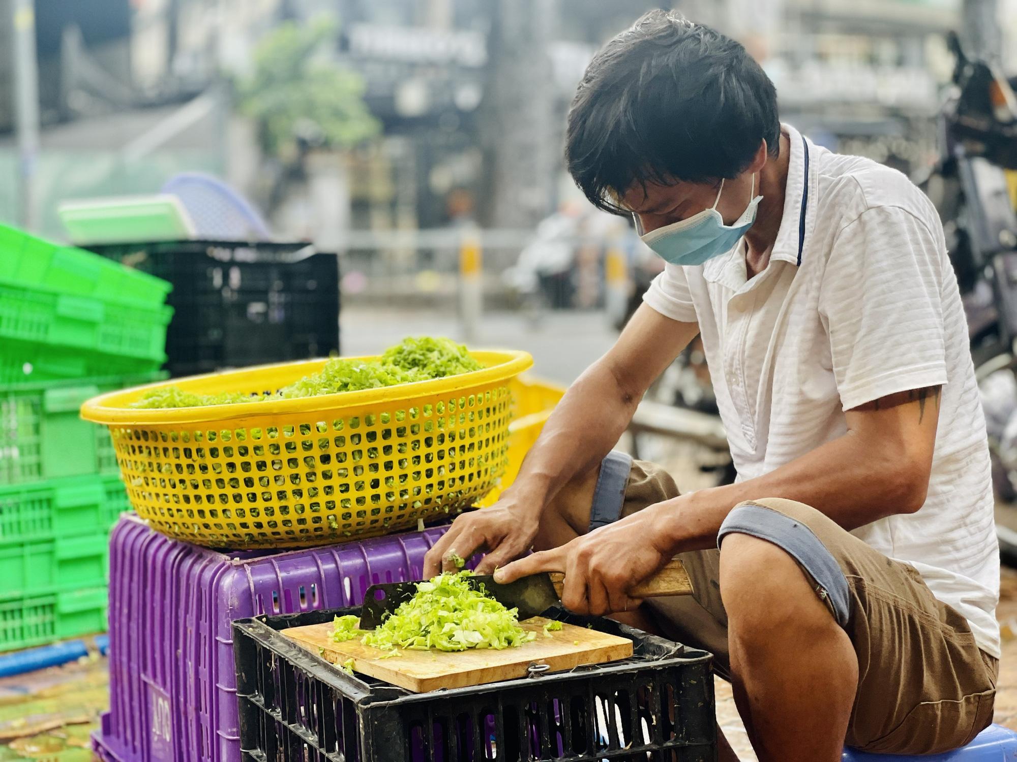 Góc ấm lòng ở Sài Gòn: Bà chủ chuỗi quán chay Mãn Tự mở 'chợ rau' 0 đồng lớn nhất Sài Gòn, mỗi ngày tặng 20 tấn rau & nấu 5-7 ngàn suất ăn - Ảnh 3.