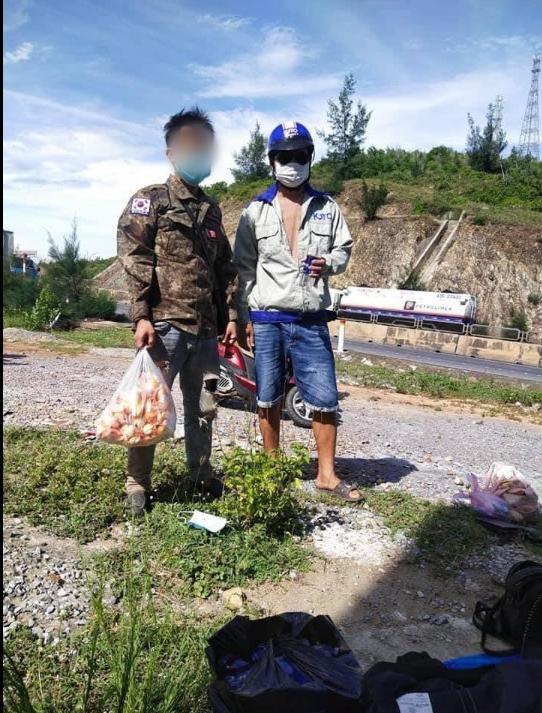 Nhóm lao động đi xe máy từ Sài Gòn về Nghệ An ngủ bên vệ đường, hành động của anh thợ hồ Quảng Bình gây xúc động - Ảnh 2.