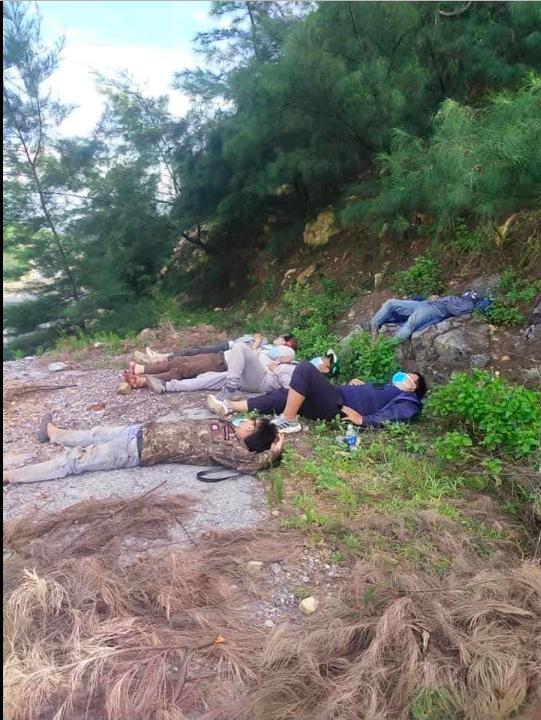 Nhóm lao động đi xe máy từ Sài Gòn về Nghệ An ngủ bên vệ đường, hành động của anh thợ hồ Quảng Bình gây xúc động - Ảnh 1.