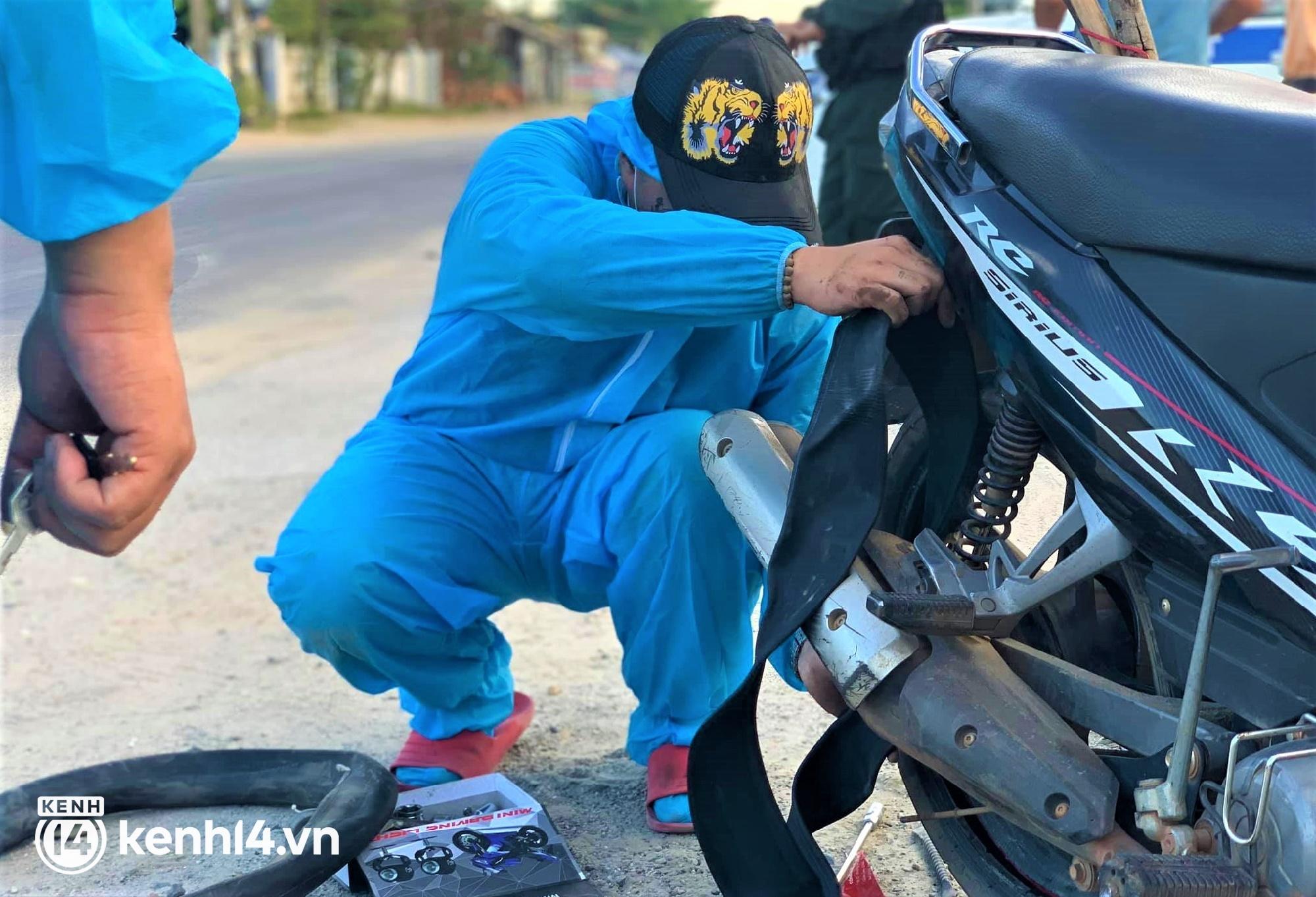 Biệt đội áo xanh xuyên đêm sửa xe miễn phí, tiếp sức cho người dân chạy xe máy từ TP.HCM về quê - Ảnh 3.