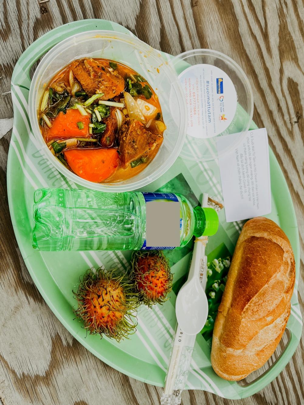 Căn bếp từ thiện có menu xịn xò mùa dịch của bà trùm Hoa hậu: Bún bò, thịt kho ruốc Huế và loạt món ngon ăn là mê! - Ảnh 3.