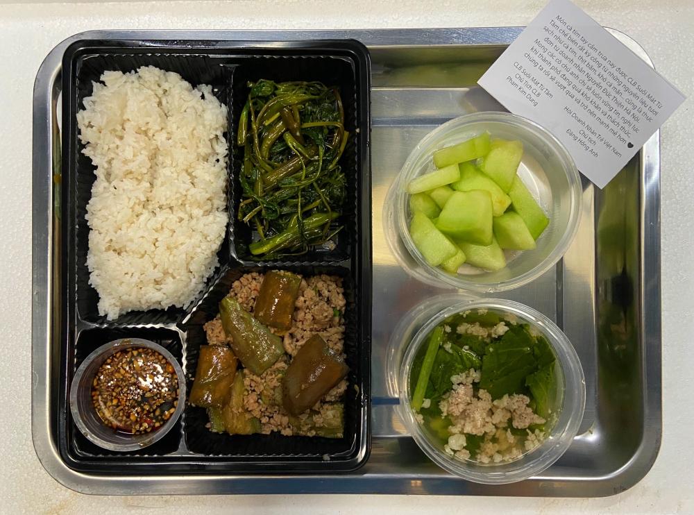 Căn bếp từ thiện có menu xịn xò mùa dịch của bà trùm Hoa hậu: Bún bò, thịt kho ruốc Huế và loạt món ngon ăn là mê! - Ảnh 5.
