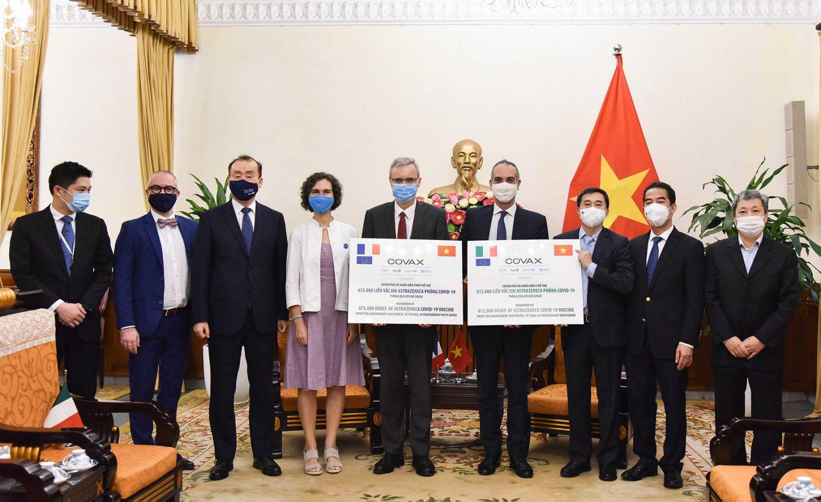 Việt Nam tiếp nhận tượng trưng 1,5 triệu liều vắc xin phòng Covid-19 do Pháp và Italy trao tặng, thuốc đã về tới nơi - Ảnh 2.