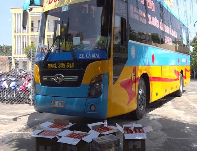 An Giang: Bắt xe khách liên tỉnh vận chuyển nhiều hàng hóa nhập lậu - Ảnh 1.