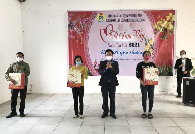 LĐLĐ huyện Kiến Xương và Quỳnh Phụ (Thái Bình) trao hàng trăm suất quà cho đoàn viên. - Ảnh 1.