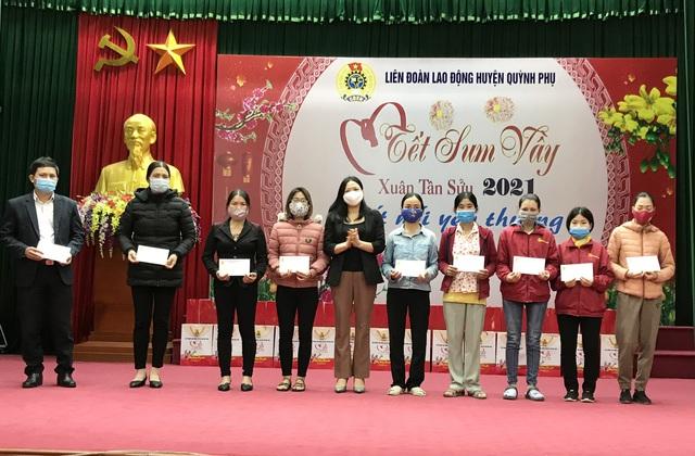 LĐLĐ huyện Kiến Xương và Quỳnh Phụ (Thái Bình) trao hàng trăm suất quà cho đoàn viên. - Ảnh 2.