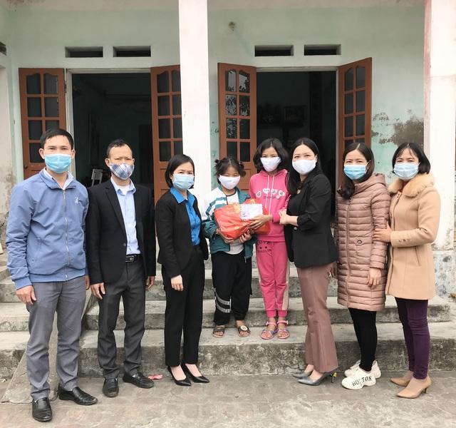 LĐLĐ huyện Kiến Xương và Quỳnh Phụ (Thái Bình) trao hàng trăm suất quà cho đoàn viên. - Ảnh 3.