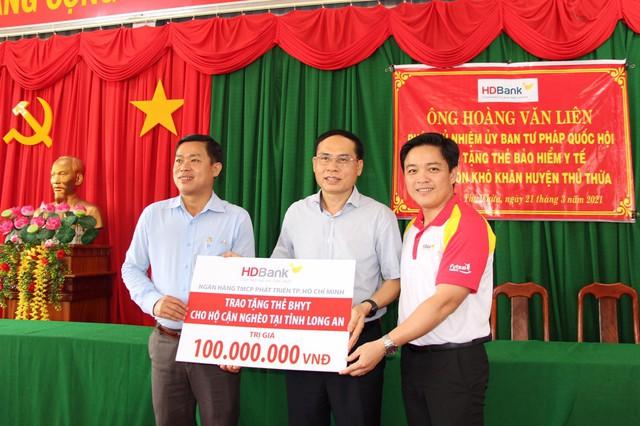 HDBank tặng hơn 120 thẻ BHYT cho người dân Long An - Ảnh 1.