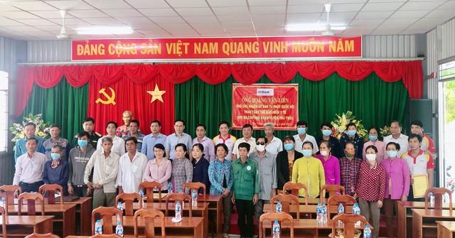 HDBank tặng hơn 120 thẻ BHYT cho người dân Long An - Ảnh 2.