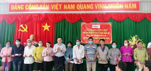 HDBank tặng hơn 120 thẻ BHYT cho người dân Long An - Ảnh 3.