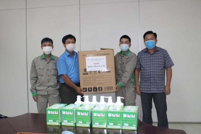 Công đoàn các KCN tỉnh Tuyên Quang: Tặng khẩu trang và dung dịch sát khuẩn cho đoàn viên, CNLĐ - Ảnh 1.