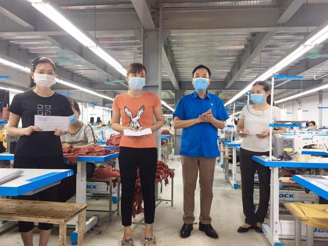 Thái Bình: Trao quà cho người lao động trong dịp Tháng công nhân - Ảnh 2.