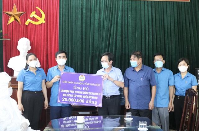 Thái Bình: Liên đoàn Lao động tỉnh tặng quà hỗ trợ những tuyến đầu chống dịch tại huyện Quỳnh Phụ - Ảnh 1.