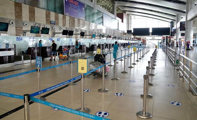 Lượng hành khách đi máy bay tiếp tục giảm mạnh - Ảnh 1.