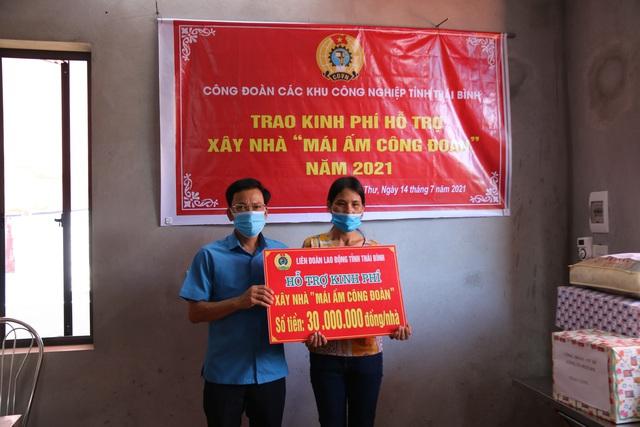 Thái Bình: Công đoàn các khu công nghiệp tỉnh trao kinh phí hỗ trợ xây nhà mái ấm. - Ảnh 1.