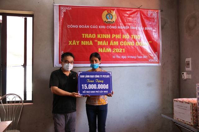 Thái Bình: Công đoàn các khu công nghiệp tỉnh trao kinh phí hỗ trợ xây nhà mái ấm. - Ảnh 2.