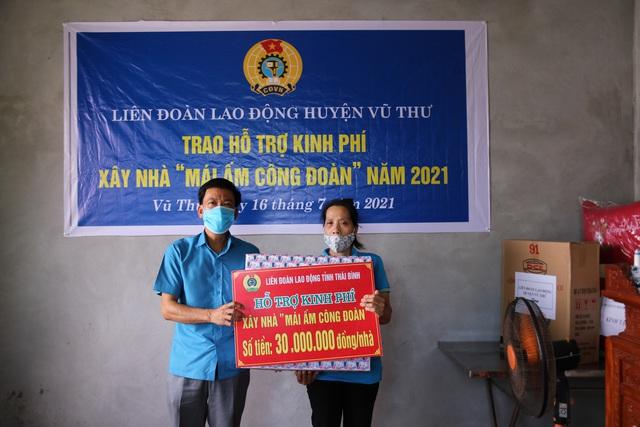 Thái Bình: Liên đoàn Lao động huyện Vũ Thư trao kinh phí xây nhà mái ấm cho đoàn viên, công nhân lao động. - Ảnh 1.