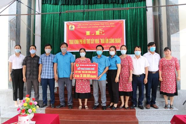 Thái Bình: Trao kinh phí hỗ trợ xây và sửa nhà cho đoàn viên có hoàn cảnh khó khăn - Ảnh 2.