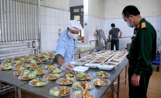 Bảo đảm an toàn thực phẩm, chế độ dinh dưỡng cho người tham gia phòng, chống COVID-19 - Ảnh 1.
