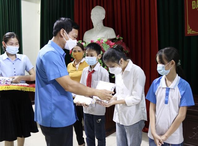 Thái Bình: Động viên con đoàn viên, công nhân lao động trước thềm năm học mới - Ảnh 1.