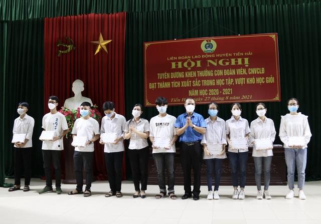 Thái Bình: Động viên con đoàn viên, công nhân lao động trước thềm năm học mới - Ảnh 2.