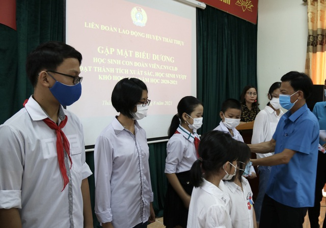 Thái Bình: Biểu dương, trao quà động viên con đoàn viên, công nhân lao động - Ảnh 1.