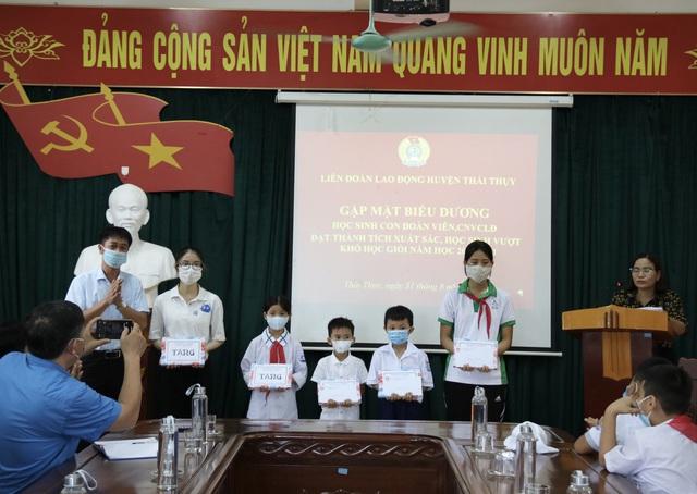Thái Bình: Biểu dương, trao quà động viên con đoàn viên, công nhân lao động - Ảnh 2.