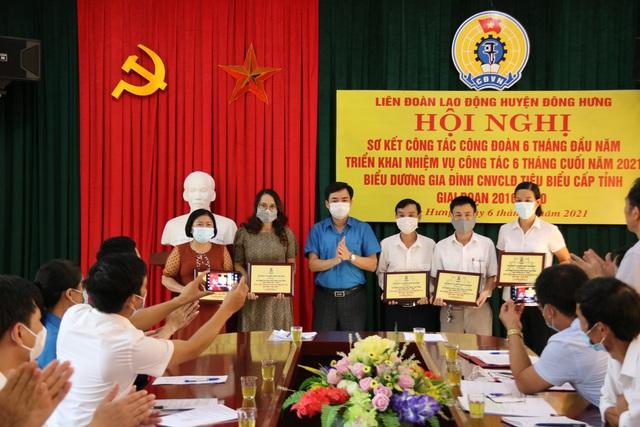 Thái Bình: LĐLĐ huyện Đông Hưng tập trung tuyên truyền phòng chống dịch bệnh cho người lao động - Ảnh 1.