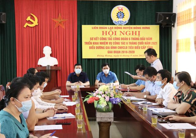 Thái Bình: LĐLĐ huyện Đông Hưng tập trung tuyên truyền phòng chống dịch bệnh cho người lao động - Ảnh 2.