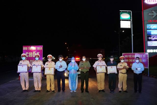 Bình Thuận: UBND tỉnh trao bằng khen cho tập thể, chiến sỹ trong vụ việc ngăn chặn vận chuyển người trái phép trên xe tải đông lạnh - Ảnh 1.