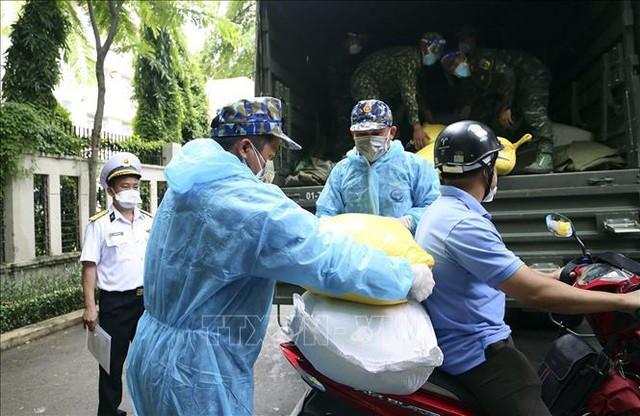 TP Hồ Chí Minh tiếp nhận 10 tấn gạo do Bộ Tư lệnh Vùng 1 Hải quân trao tặng - Ảnh 1.