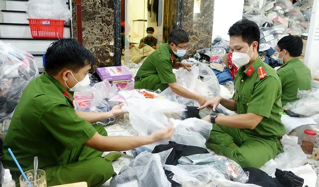 Lực lượng Công an kiểm đếm số hàng hóa tạm giữ
