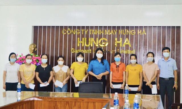Thái Bình: Trao kinh phí hỗ trợ đoàn viên bị ảnh hưởng bởi dịch bệnh Covid -19 - Ảnh 1.