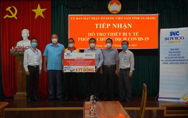 Tập đoàn Sovico và HDBank tặng xe cứu thương, máy thở và thiết bị y tế cho An Giang - Ảnh 1.
