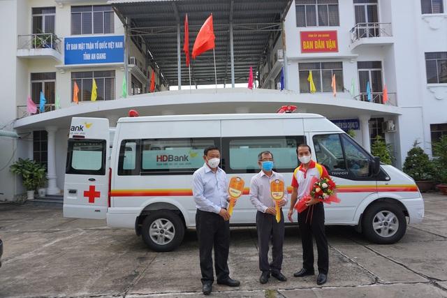 Tập đoàn Sovico và HDBank tặng xe cứu thương, máy thở và thiết bị y tế cho An Giang - Ảnh 3.