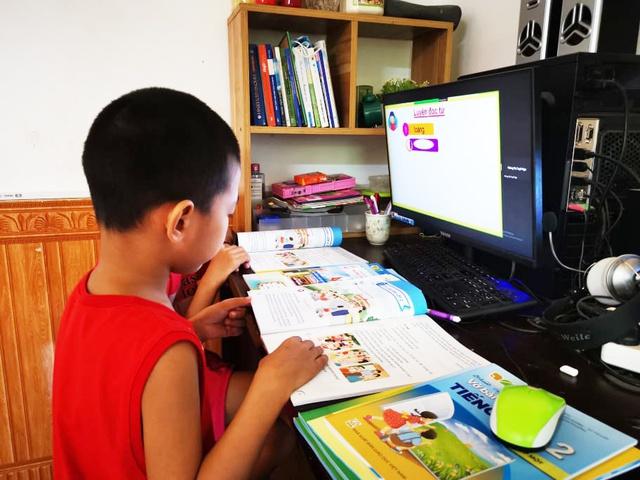 Học sinh ở Hà Nội tiếp tục học trực tuyến - Ảnh 1.