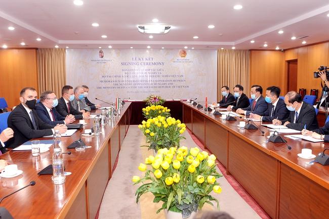 Lễ ký biên bản ghi nhớ hợp tác giữa Bộ Tài chính 2 nước Việt Nam - Hungary - Ảnh 1.