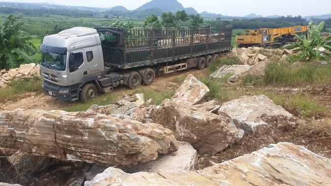 Nghệ An: Công an huyện Nghĩa Đàn bắt quả tang xe một doanh nghiệp đang vận chuyển khoáng sản trái phép - Ảnh 2.