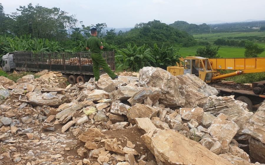 Nghệ An: Công an huyện Nghĩa Đàn bắt quả tang xe một doanh nghiệp đang vận chuyển khoáng sản trái phép