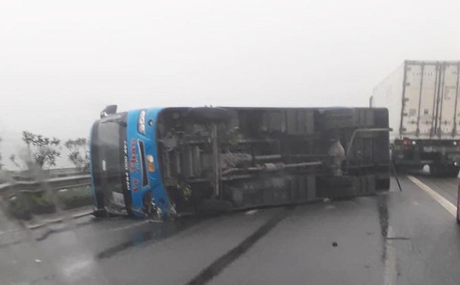 Xe khách đâm vào dải phân cách rồi lật nghiêng trên cao tốc, 6 người may mắn thoát nạn