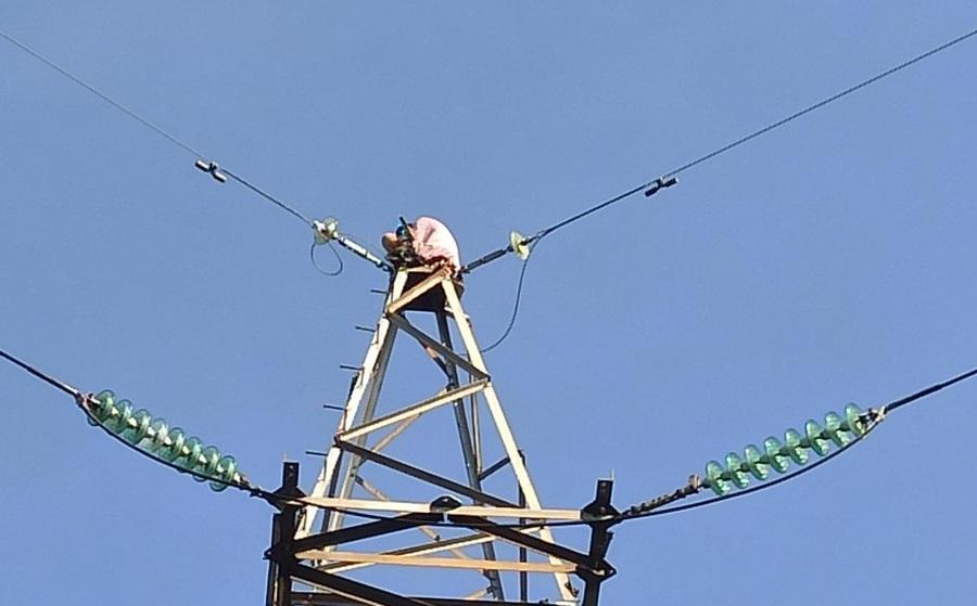 NÓNG: Người phụ nữ nói lảm nhảm, leo trụ điện cao thế cao hàng chục mét cố thủ