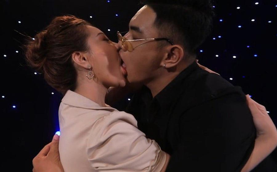 """2 năm trước, nụ hôn ngấu nghiến của """"hot girl ngực khủng"""" Mon 2K gây bùng nổ show hẹn hò!"""
