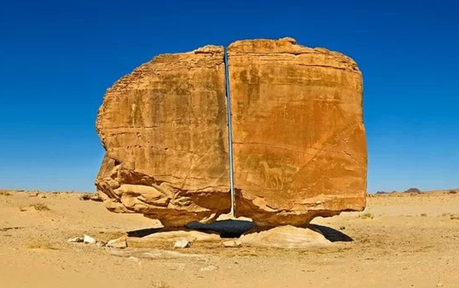 Khối đá vạn năm tuổi, nặng cả trăm tấn bị chia đôi hoàn hảo bởi vết cắt bí ẩn